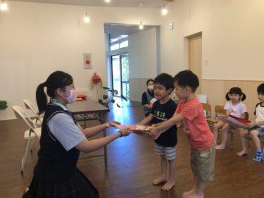 インターアクト・青少年赤十字部生徒から保育園へ園児用マスク提供